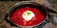 Oběd na neděli: Uvařte si bohatý boršč se třemi druhy masa, řepou a rajčaty