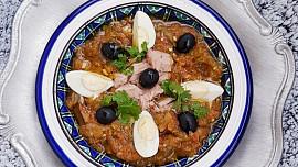Tuňák, vejce a pečené papriky: Tuniský salát mechwia vás přenese na prázdniny