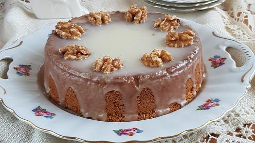 Holka u plotny radí: Jak upéct voňavý a nadýchaný medový dort? Je to snadné!