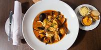 Francouzská rybí polévka bujabéza voní mořem, bylinkami a šafránem. Ochutnáte?