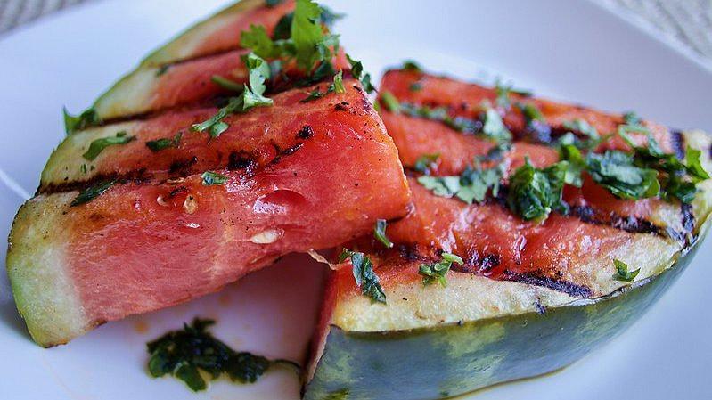 Pečený meloun je hit. Tahle veganská delikatesa nadchne i masožravce!