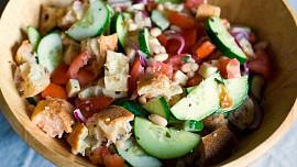 Toskánský salát panzanella byl původně jídlem pro chudé dělníky. Dnes se považuje za lahůdku!