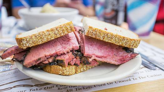 Dejte si sendvič s pastrami!  Speciálně naložené maso má původ vrumunské kuchyni