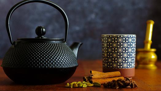 Indický čaj masala vás zahřeje, vylepší náladu a posílí imunitu. Víte, jak se správně dělá?