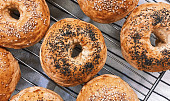 Stovky let slavná houska sdírou uprostřed. Kdo vymyslel bagel?