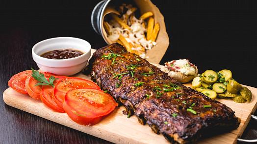 Pomalu grilovaná žebra: Vychutnejte si šťavnaté maso vonící kouřem a kořením