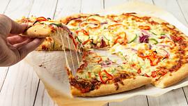 Krokodýlí maso, koprová omáčka i čokoláda: Neuvěříte, jaké šílenosti dávají lidé na pizzu!