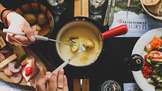Švýcarské národní jídlo fondue: Připravte si sýrovou delikatesu jako v restauraci!