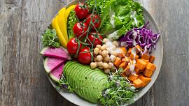 Nejlepší salátové zálivky, které dietní jídlo promění v delikatesu