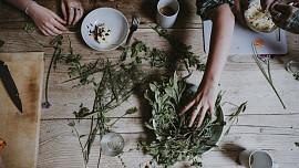 Nemáte zahrádku? Nevadí, čerstvé jarní bylinky vypěstujete i bytě! Jak na to?