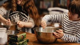 Cukroví, které zvládnou i děti: Jednoduchý návod, jak do vánočního pečení zapojit i nejmenší
