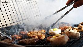 Grilování levou zadní: Nažhavte uhlíky a chyťte sezónu šťavnatých steaků za pačesy!