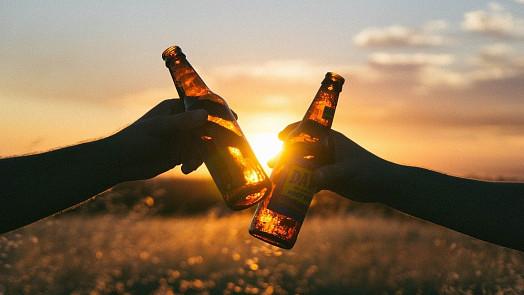 """Alkohol zůstává ve vlasech až 90 dnů. Jak se zbavit """"opilosti""""?"""