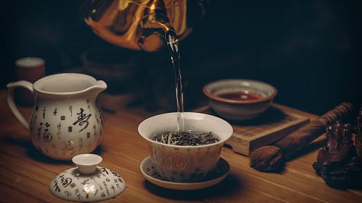 Vše, co jste chtěli vědět o čaji a báli se zeptat: Čím se liší zelený a černý a jak ho vlastně správně uvařit?