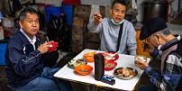Etiketa stolování ve světě: Kde se jí rukama z listů místo talířů a na co pozor, abyste někoho neurazili