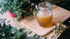 Vyrobte si bylinkový med: Zkuste pampeliškový, mátový nebo třeba s rakytníkem