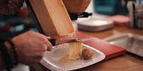 Rakletování aneb tavení sýrů: Chutná a efektní zábava, kterou na podzim nahradíte grilování