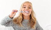 Čím si vyčistit zuby, když nemáte pastu? Pomůže kokos i slupka od banánu