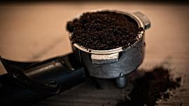 Nevyhazujte kávovou sedlinu! Poslouží proti zápachu i jako hnojivo pro kytky