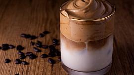 Sametové Dalgona coffee: Připravte si tenhle kávový hit u vás doma