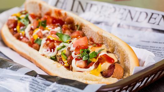 Grilování levou zadní: Americké hot-dogy pomůže vylepšit kyselá okurka, křupavá cibule i cukr