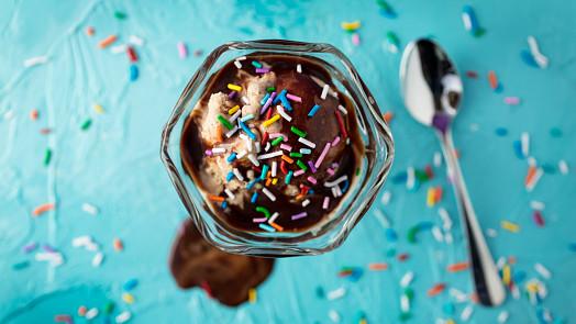 Tipy na nejlepší polevy na zmrzlinové poháry: Čokoládovou znáte, ale jak chutná zrcadlová?