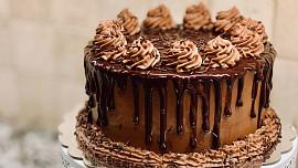 Jednoduché dortové krémy: Jak na odlehčený pudinkový nebo moderní bílkový?