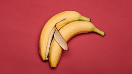 Nevyhazujte slupku od banánu! Dá se jíst, vylepší chuť masa a vyleští i boty
