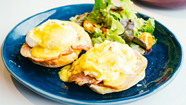Vejce Benedikt: Luxusní milionářská snídaně pro vyvolené? Připravte si ji doma!