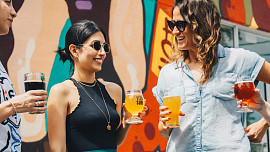 Alkohol škodí pleti, ale nevadí! Známe zaručené rady, jak si užít drink s přáteli a zůstat krásná