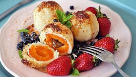 Korunou ovocných knedlíků je posypka! Zkuste smaženou strouhanku nebo strouhaný perník