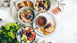 Nedělní snídaně do postele: Udělejte si luxusní kaši, zapečené toasty nebo jemnou omeletu