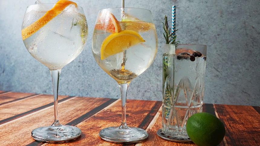 Namíchejte si legendární gin s tonikem: Hořkost, která chutná a dřív léčila i malárii