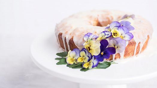 Talíř jako umělecké dílo: Vsaďte na jedlé květy a ozdobte pokrm tulipány či fialkami