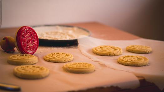 Skotské sušenky shortbread se přímo rozplývají na jazyku. Víte, jak je správně upéct?