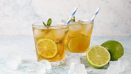 Jak udělat ledový čaj? Zkuste to zastudena metodou cold brew nebo pomocí sluneční energie!