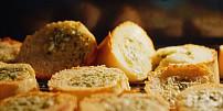 Zapečená česneková bageta jako z pizzerie: Tipy a triky na perfektní pochoutku