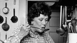Umění francouzské kuchyně nejlépe ovládala Američanka. Poznejte kuchařku Julii Child!
