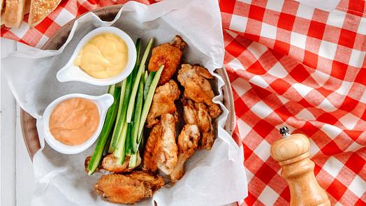 Legendární americká křidýlka Buffalo wings vznikla z nouze. Dnes má tahle delikatesa svůj vlastní festival!