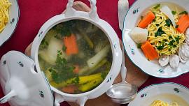 Holka u plotny radí: Jak udělat ten nejlepší kuřecí vývar? Chuť masa i zeleniny zesílí jeden trik!