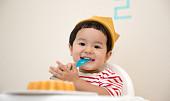 Stolování s nejmenšími: Dítě potřebuje kvalitní židličku a nezávadné nádobí