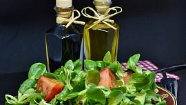 Někdo to rád kyselé: Vinný ocet se hodí do marinád i marmelád, jablečný do salátu
