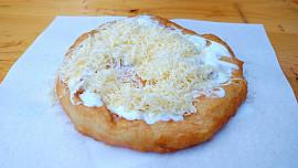 Jeden s kečupem, česnekem a sýrem, prosím! Proč se langošům říká maďarská pizza?