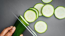Syrová cuketa v kuchyni: Jak poznat kvalitní plody, proč je neloupat a jak je skladovat?