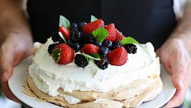 Holka u plotny radí: Jak upéct dort Pavlova a jak jej dozdobit? Jedna surovina vás překvapí!