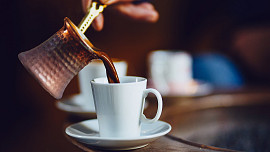 Arabská káva vás dostane vůní kardamomu i svou silou. Víte, jak ji správně uvařit?