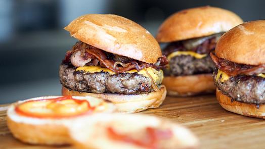 Grilování levou zadní: Zkuste to v americkém stylu a ochutnejte burgery z grilu