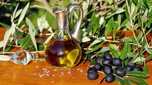 Olivovému oleji se říká tekuté zlato. Se jakým druhem můžete vařit, a který se hodí jen do salátů?
