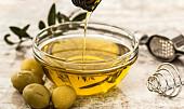 Když nemáte odličovač, použijte oliváč! 7 nečekaných využití olivového oleje mimo kuchyni