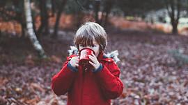 Průvodce pitným režimem dětí: Co mohou pít a co ne od narození do 5 let?